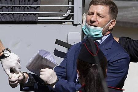 Sergej Furgal, Gouverneur von Chabarowsk, wird aus einem Gerichtssaal in Moskau geführt. Foto: Alexander Zemlianichenko/AP/dpa