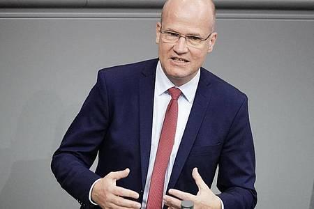 Ralph Brinkhaus (CDU) hat im Kampf gegen die in die Höhe schnellenden Corona-Infektionszahlen eine bundeseinheitliche Linie gefordert. Foto: Michael Kappeler/dpa