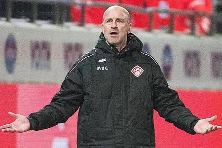 Hat mit den Würzburger Kickers keinen Erfolg: Trainer Marco Antwerpen gestikuliert. Foto: Stefan Puchner/dpa