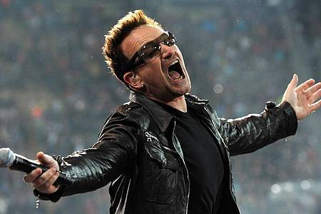 Bono tritt bei einem Konzert im Olympiastadion auf. Foto: dpa