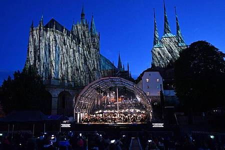 Vor der Kulisse des Erfurter Mariendoms und der Severikirche beginnt das Festival unter dem Motto «Wir sind da!». Foto: Martin Schutt/dpa-Zentralbild/dpa