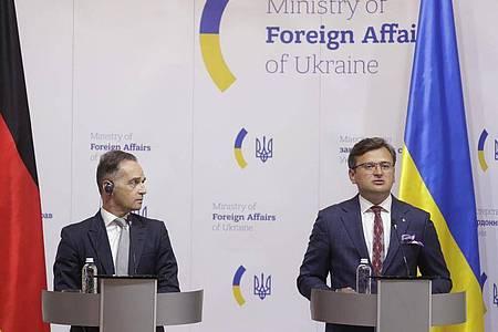Außenminister Heiko Maas (l) im Gespräch mit seinem ukrainischen Amtskollegen Dmytro Kuleba in Kiew. Foto: Valentin Ogirenko/Pool Reuters/AP/dpa