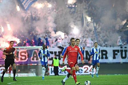 Das Hinspiel zwischen Union und Hertha wurde von reichlich Pyrotechnik begleitet. Foto: Britta Pedersen/dpa-Zentralbild/dpa
