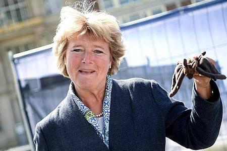 Kulturstaatsministerin Monika Grütters kommt mit einer Fledermaus zum Spatenstich. Foto: Britta Pedersen/dpa-Zentralbild/dpa