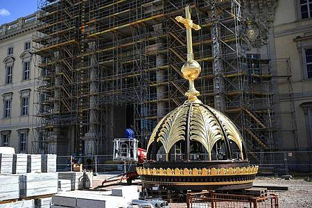 Die Laterne mit dem Kreuz für die Kuppel des Berliner Stadtschloss. Foto: Britta Pedersen/dpa-Zentralbild/dpa