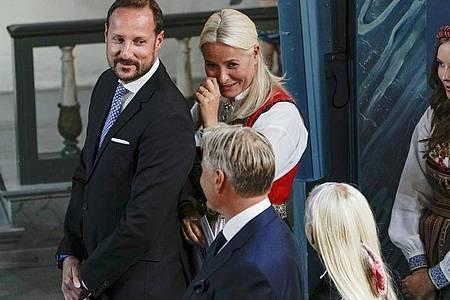 Haakon (l), Kronprinz von Norwegen, und Kronprinzessin Mette-Marit (M), bei der Konfirmation ihres Sohnes. Foto: Stian Lysberg Solum/NTB-Scanpix/dpa
