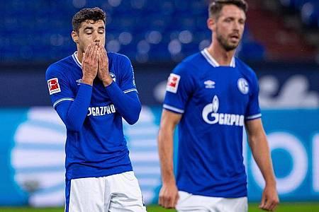 Der Schalker Ozan Kabak (l) soll Werder Bremens Ludwig Augustinsson bespuckt haben. Foto: Guido Kirchner/dpa
