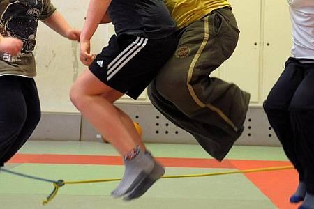 In einer Sporthalle nehmen übergewichtige Kinder an einem Sportprogramm teil. Foto: Waltraud Grubitzsch/dpa-Zentralbild/dpa