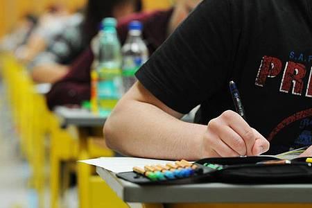 Laut dem Bericht «Bildung in Deutschland 2020» sinken die Absolventenquoten beim mittleren Schulabschluss und auch bei der Hochschulreife. Foto: Armin Weigel/dpa