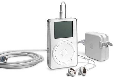 Der erste iPod, den der damalige Apple-Chef Steve Jobs am 23. Oktober 2001 vorgestellt hat, enthielt eine 5-Gigabyte-Festplatte und konnte dank MP3-Komprimierung rund 1000 Musikstücke speichern. Foto: Apple Inc./dpa