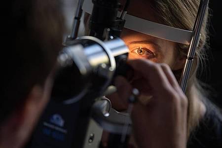 Bei einer Untersuchung der Augen offenbaren sich mitunter auch andere Erkrankungen. Foto: Marijan Murat/dpa/dpa-tmn