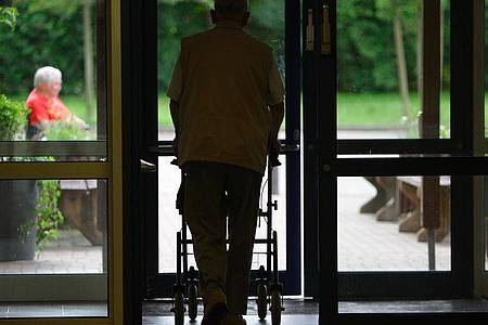 Wegen des Coronavirus ist es Angehörigen derzeit vielerorts untersagt, Alten- und Pflegeheime zu besuchen. Foto: Peter Steffen/dpa