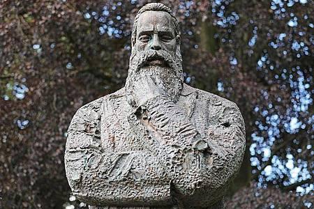 Eine Statue von Friedrich Engels steht in der Nähe seine Geburtshauses. Foto: Oliver Berg/dpa