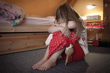 Die meisten gefährdeten Kinder wiesen der Statistik zufolge Anzeichen von Vernachlässigung auf. Bei rund einem Drittel aller Fälle gab es Hinweise auf psychische Misshandlungen (Symbol). Foto: Patrick Pleul/dpa-Zentralbild/dpa