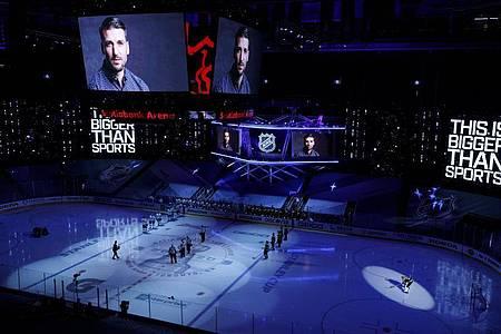 Vor der Partie der Tampa Bay Lightning gegen die Boston Bruins wurde in einem Video zum Kampf gegen Rassismus aufgerufen. Foto: Cole Burston/The Canadian Press/AP/dpa