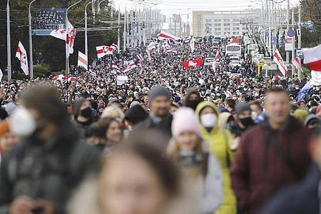 Demonstranten bei einem Protest der belarussischen Opposition in Minsk. Foto: Uncredited/AP/dpa