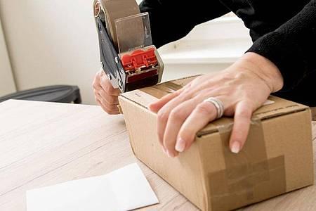 Einpacken, wegschicken - das geht jetzt bei vielen Onlinehändlern auch länger als die üblichen 14 Tage. Foto: Christin Klose/dpa-tmn