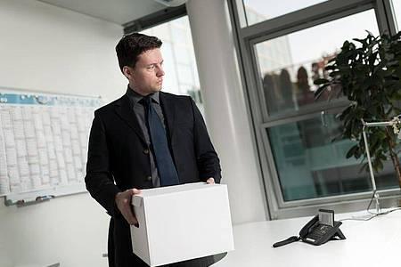 Schließt der Arbeitgeber einen Standort, kann er für betroffene Beschäftigte in der Regel eine Versetzung an den neuen Firmensitz anordnen. Versetzungen sind aber immer Einzelfallentscheidungen. Foto: Alexander Heinl/dpa-tmn