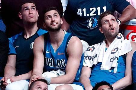 Maximilian Kleber (M) und Dirk Nowitzki (r) haben haben in der NBA gemeinsam bei den Dallas Mavericks gespielt. Foto: Tony Gutierrez/AP/dpa
