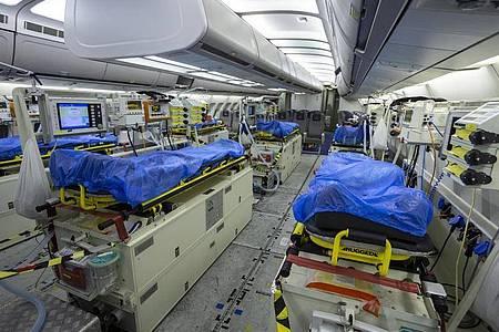 Wegen der dramatischen Notlage norditalienischer Krankenhäuser in der Coronavirus-Krise fliegt die Luftwaffe Patienten nach Deutschland aus. Foto: Kevin Schrief/Luftwaffe/dpa