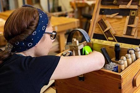Mit geeignetem Werkzeug an das nächste Projekt:Marly Konefka weiß als angehende Tischlerin, worauf es bei der Holzverarbeitung ankommt. Foto: Catherine Waibel/dpa-tmn