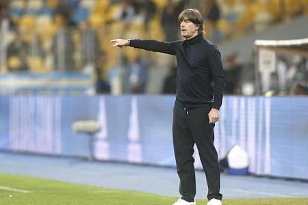 Bundestrainer Joachim Löw dirigierte die Elf von der Seitenlinie zum Auswärtssieg. Foto: Efrem Lukatsky/AP/dpa