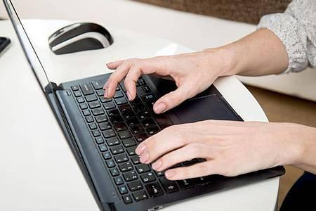 Sicherheit geht vor: Zur Arbeit im Homeoffice nutzt man besser nur den Firmen-Rechner und zugelassene Zugänge. Foto: Christin Klose/dpa-tmn