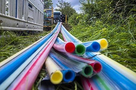 Leerrohre für das spätere Verlegen von Glasfaserkabeln für den Breitband-Internetausbau an einer Kreisstraße. Foto: Jens Büttner/dpa-Zentralbild/dpa