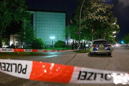 Polizisten stehen am abgesperrten Tatort vor der Synagoge. Foto: Jonas Walzberg/dpa