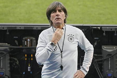 Bundestrainer Joachim Löw hat erstmals seit elf Monaten wieder die fast volle Belegschaft dabei. Foto: Efrem Lukatsky/AP/dpa