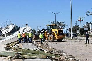 Aufräumarbeiten in Long Beach im US-Bundesstaat Mississippi. Foto: Lukas Flippo/The Sun Herald/AP/dpa