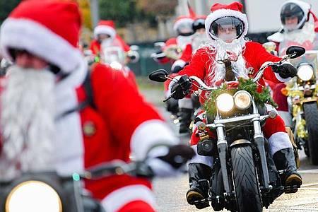 Die Santa-Biker gehen wieder auf Spendenfahrt. Foto: Uwe Anspach/dpa