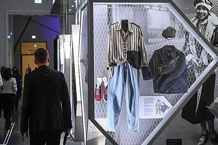 Kultursenator Klaus Lederer (l) war beim Rundgang durch die «Berlin global»-Ausstellung dabei. Foto: Jens Kalaene/dpa-Zentralbild/dpa