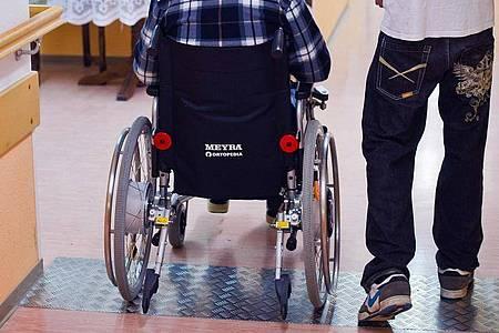 Aushelfen im Pflegeheim: Das FSJ (Freiwilliges Soziales Jahr) ist der Klassiker unter den Freiwilligendiensten. Es gibt aber auch noch andere Varianten. Foto: Patrick Pleul/dpa-Zentralbild/dpa-tmn