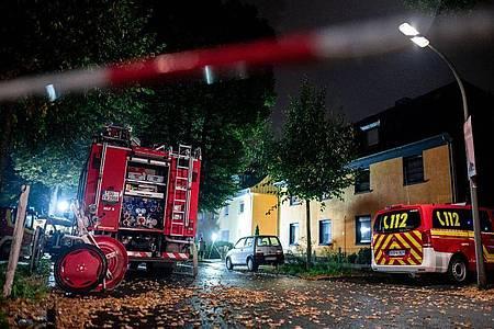 Feuerwehrfahrzeuge stehen vor dem Haus im Stadtteil Lütgendortmund. Foto: Fabian Strauch/dpa