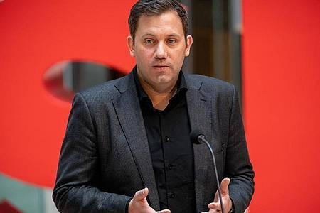 Lars Klingbeil fordert eine stärkere Berücksichtigung des Einkommens bei den Pflegekosten. Foto: Michael Kappeler/dpa