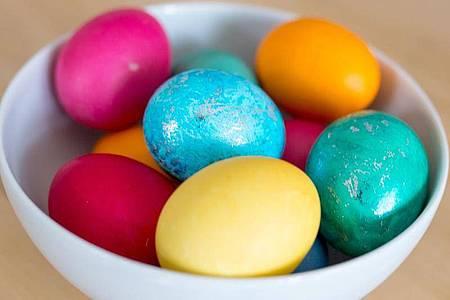 Bunte Eier stehen zu Ostern in jedem Supermarkt - da sie lange vorgekocht werden, ist um ihr Eigelb oft ein grünlich-bläulicher Rand. Foto: Florian Schuh/dpa-tmn