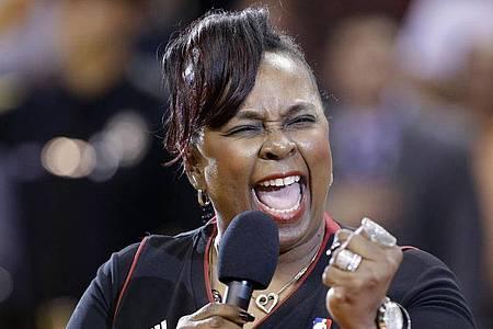 Die Sängerin Betty Wright singt 2013 die Nationalhymne vor einem NBA-Basketballspiel zwischen den Miami Heat und den New York Knicks. Foto: Wilfredo Lee/AP/dpa