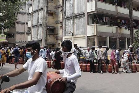 In Indien gilt eine wegen des Coronavirus verhängte Ausgangssperre. Lebensmittelläden, Apotheken und Banken sind weiterhin geöffnet. Foto: Rajanish Kakade/AP/dpa
