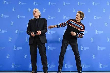 Abel Ferrara (l) und Willem Dafoe stellen «Siberia» auf der Berlinale vor. Foto: Jörg Carstensen/dpa