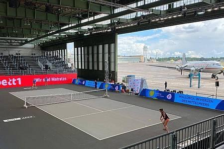 Das zweite Berliner-Tennisturnier findet im Hangar des ehemaligen Flughafens Tempelhof statt. Foto: -/bett1ACES/dpa