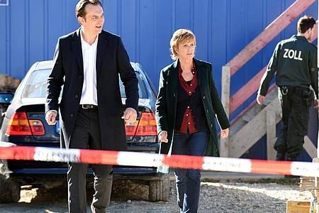 """Steven Scharf und Ulrike Kriener in einer Szene des Films """"Kommissarin Lucas: Die Unsichtbaren"""". Foto: Barbara Bauriedl/ZDF/dpa"""