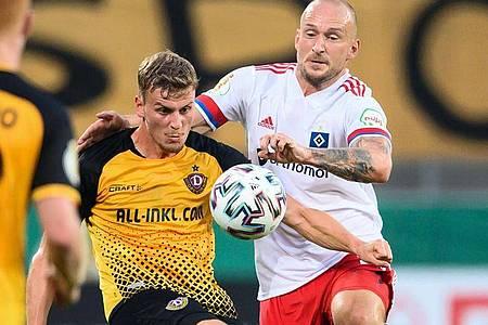 Legte sich nach der HSV-Pleite in Dresden mit einem Dynamo-Fan an: Toni Leistner (r). Foto: Robert Michael/dpa-Zentralbild/dpa