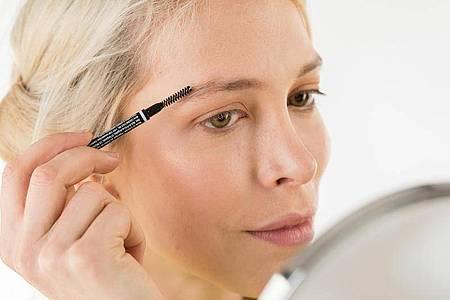 Definierte Augenbrauen geben dem Gesicht mehr Ausdruck. Mit einem Augenbrauen-Mascara zum Fixieren und Stylen geht das ganz einfach. Foto: Christin Klose/dpa-tmn