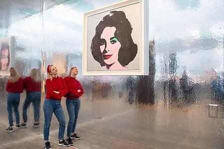 Das Kunstwerk «Silver Liz» von 1963 von Andy Warhol in der Tate Modern in London. Foto: Dominic Lipinski/PA Wire/dpa