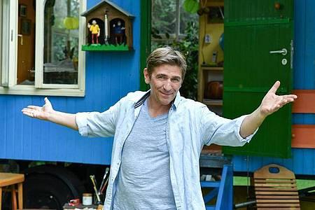 Fritz Fuchs (Guido Hammesfahr) vor seinem Bauwagen. Foto: Jens Kalaene/dpa-Zentralbild/dpa