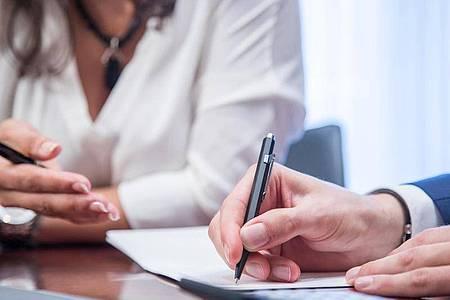Mitarbeiter in einem ungekündigten Arbeitsverhältnis müssen nicht gegen ihren Willen über einen Aufhebungsvertrag verhandeln. Foto: Christin Klose/dpa-tmn