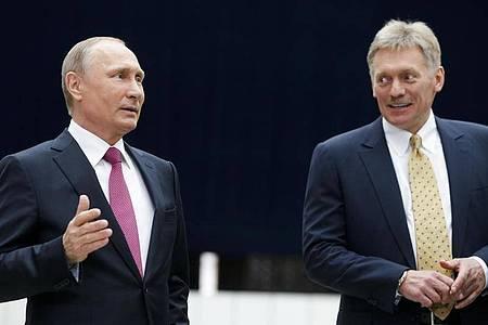 Präsident Wladimir Putin und sein Sprecher Dmitri Peskow vor den Regionalwahlen in Russland. Foto: Alexander Zemlianichenko/AP/dpa