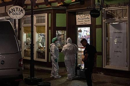 Am Tatort in der Altstadt vonCelle werden Spuren gesichert. Foto: Moritz Frankenberg/dpa