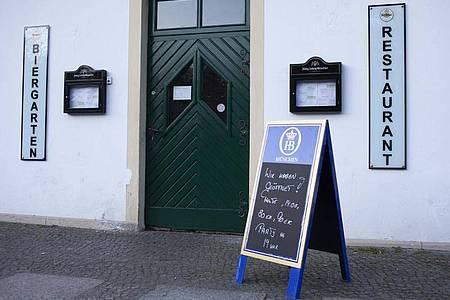 Eine Tafel vom Vorabend kündigt vor einem Restaurant noch eine Party an. In Berlin ist seit Samstag jedoch das Hauptstadt-Nachtlebens für die nächsten fünf Wochen weitgehend beendet. Foto: Hans-Thomas Frisch/dpa